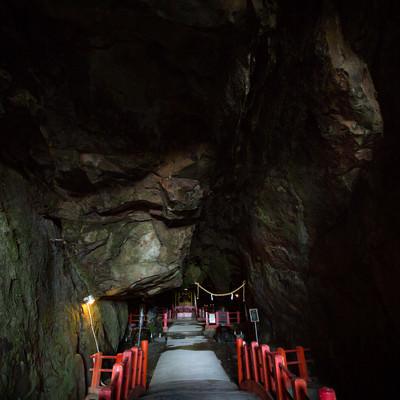 洞窟深くにある祇園神社(日南市)の写真
