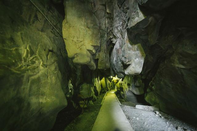 岩が突き出る龍神の祇園神社(日南市)の写真