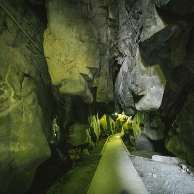 「岩が突き出る龍神の祇園神社(日南市)」の写真素材