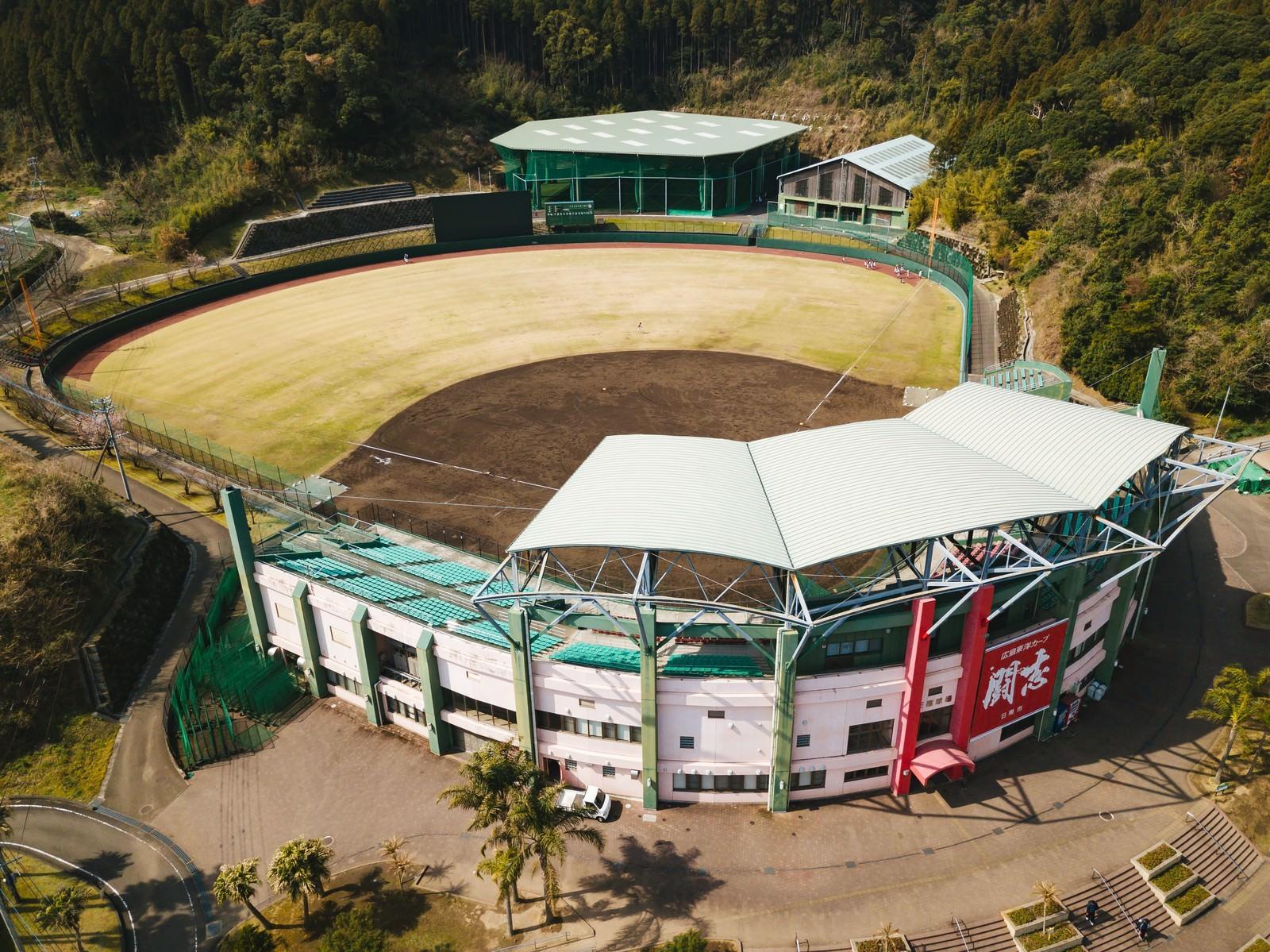 「宮崎県日南市にある天福球場を見下ろす(空撮)」の写真