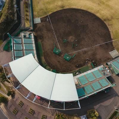 天福球場のバックネット裏観客席を空撮の写真