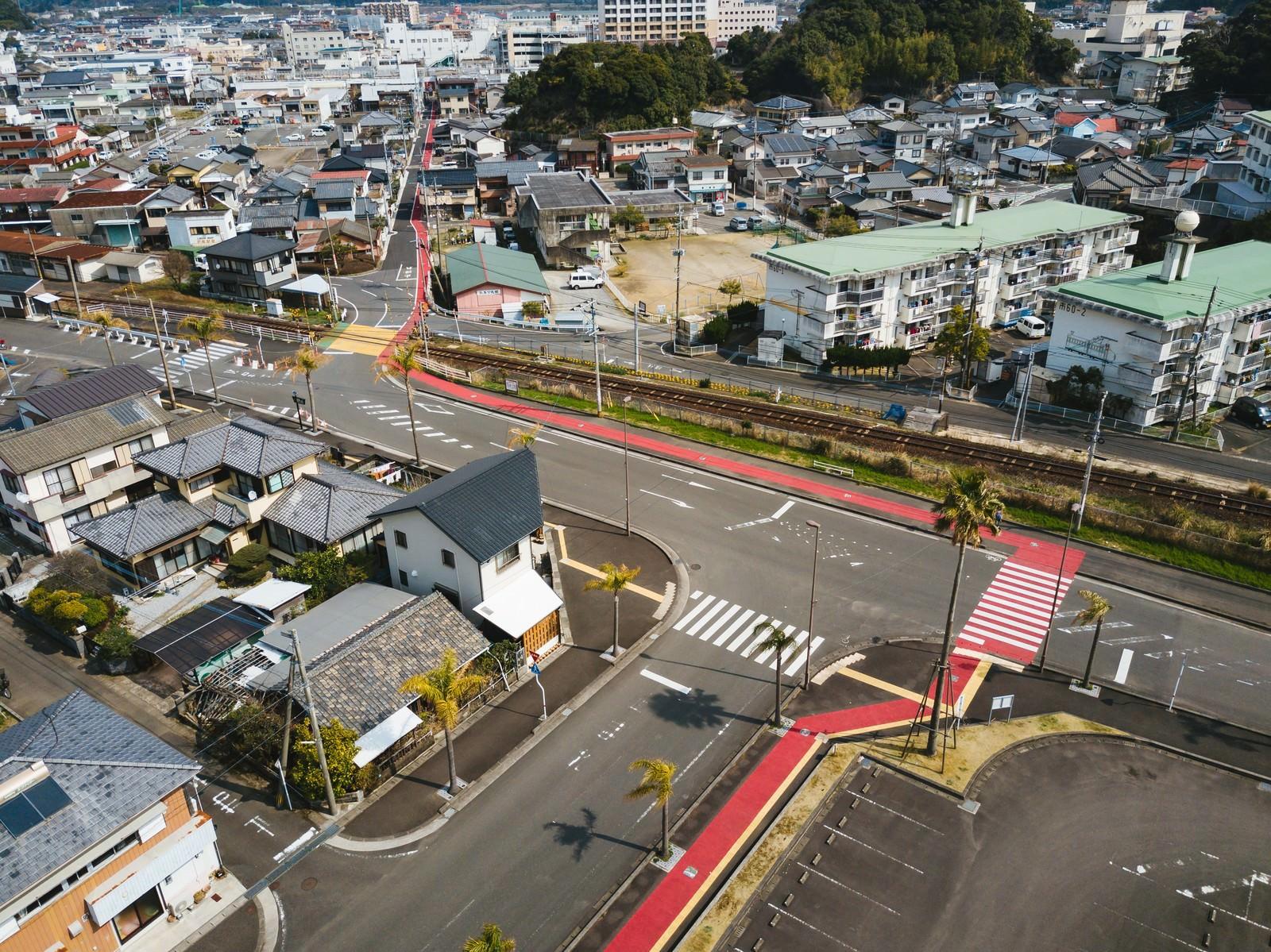 「油津(あぶらつ)の街並みと赤い歩道(レッドカーペット)」の写真