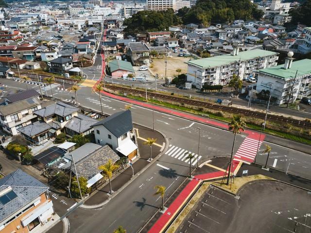 油津(あぶらつ)の街並みと赤い歩道(レッドカーペット)の写真