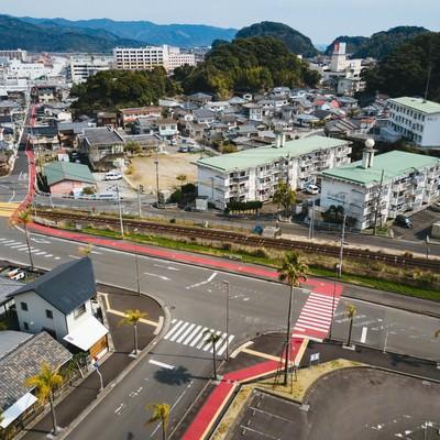 天福球場から油津商店街に伸びるカープの赤い道の写真