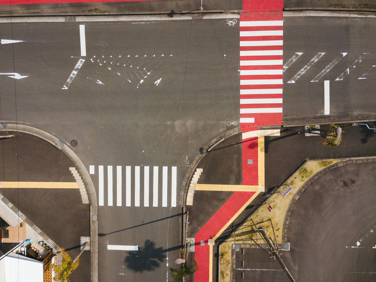 「日本ではここだけ! 紅白色の横断歩道がある日南市」の写真
