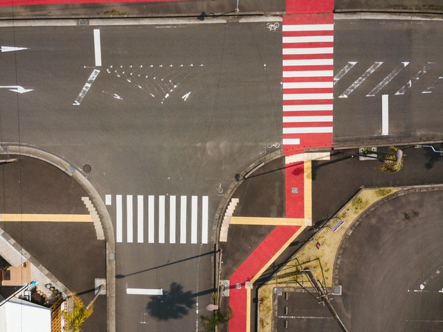 日本ではここだけ! 紅白色の横断歩道がある日南市の写真