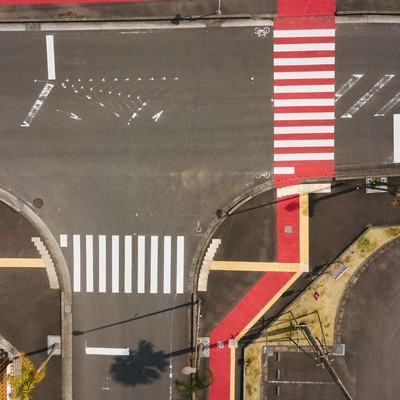 「日本ではここだけ! 紅白色の横断歩道がある日南市」の写真素材