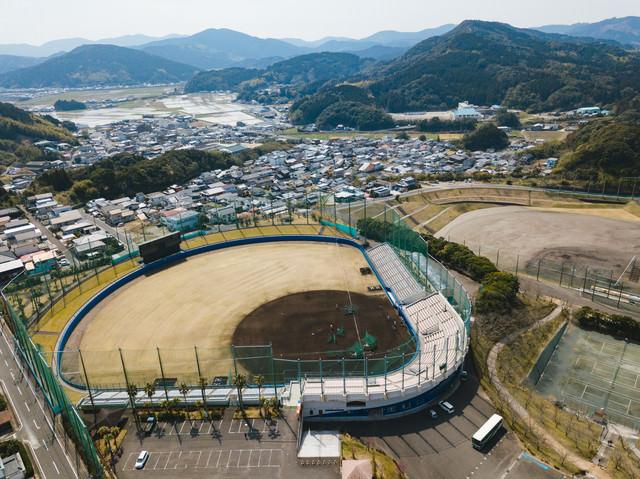 日南市の南郷スタジアムと町並みの写真