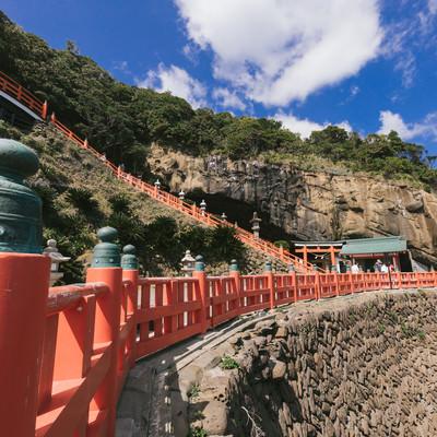 「断崖にある鵜戸神宮と朱塗りの柵(玉垣)」の写真素材