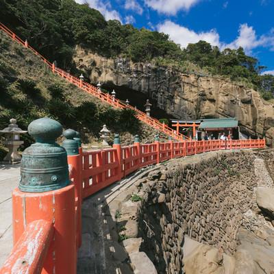 「鵜戸神宮の断崖と鳥居」の写真素材