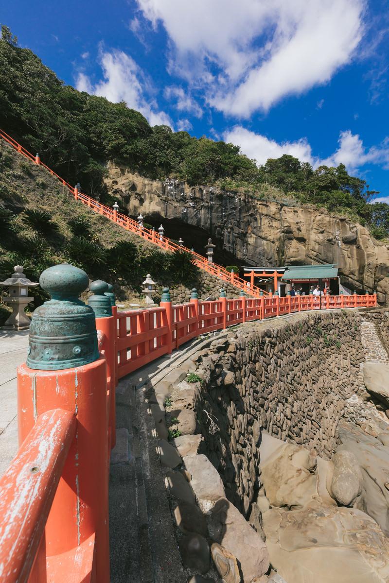 「鵜戸神宮の断崖と鳥居」の写真