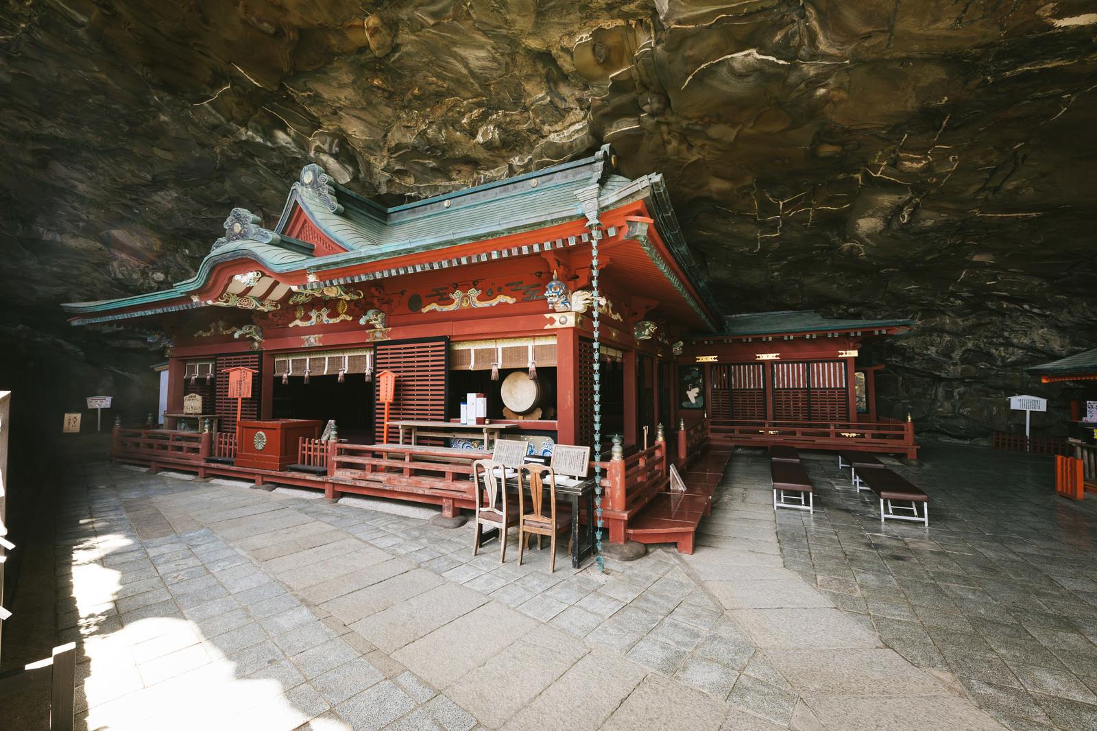 「岩窟内に本殿がある鵜戸神宮の神殿」の写真