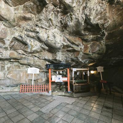 岩窟に囲まれたお乳水の写真