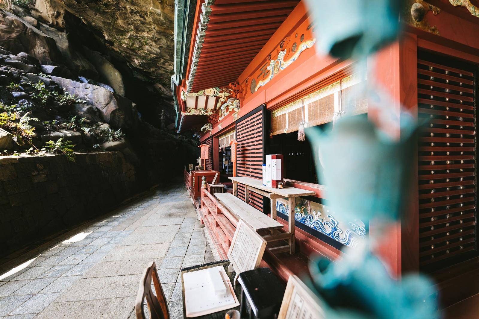 「鵜戸神宮の神殿後ろに入り込む岩窟小道」の写真