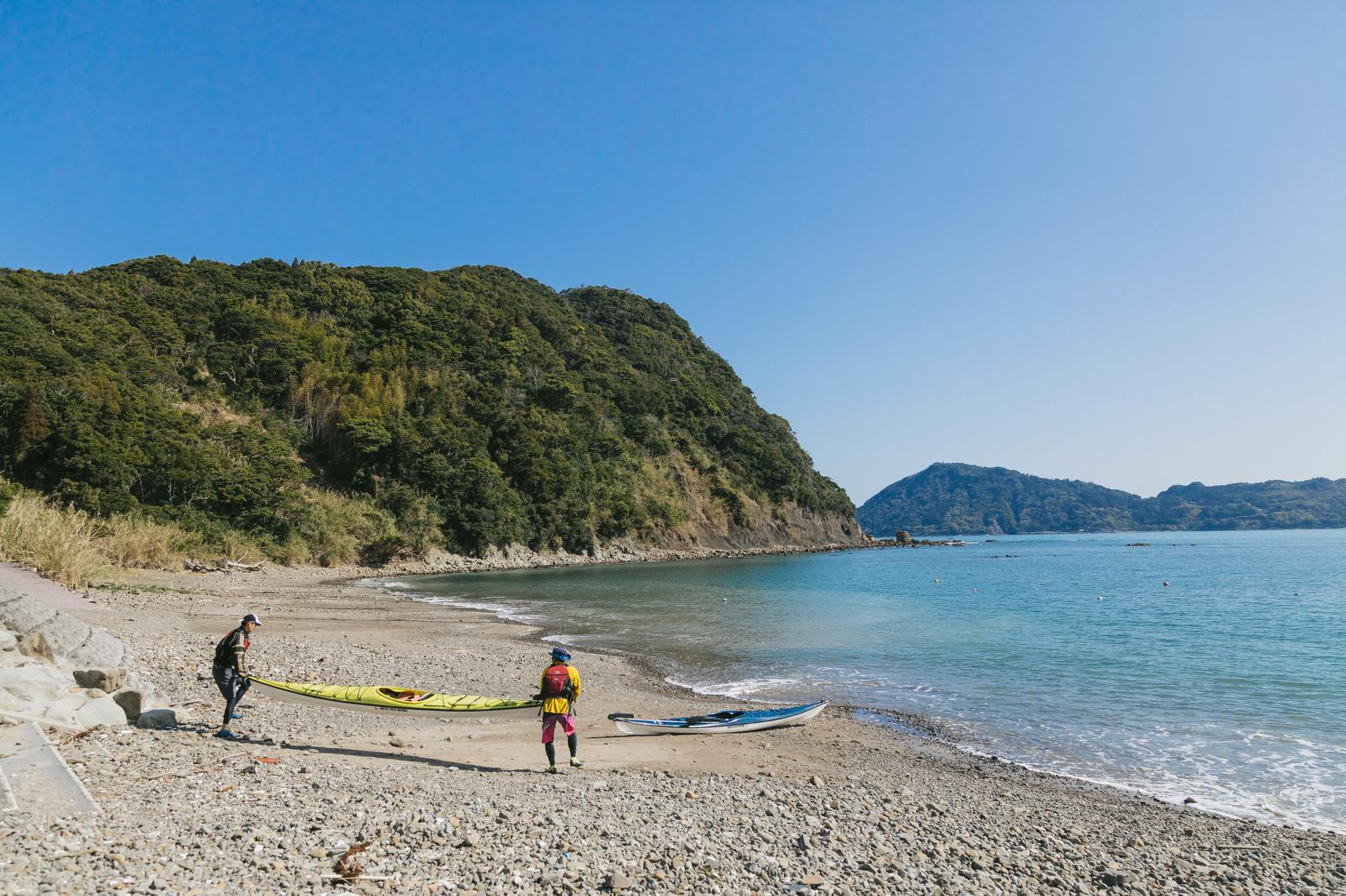 「栄松ビーチでシーカヤックの準備をする2人 | 写真の無料素材・フリー素材 - ぱくたそ」の写真