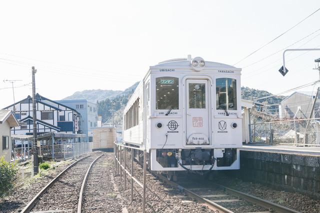 発車の時を待つ、観光列車「海幸山幸」の写真