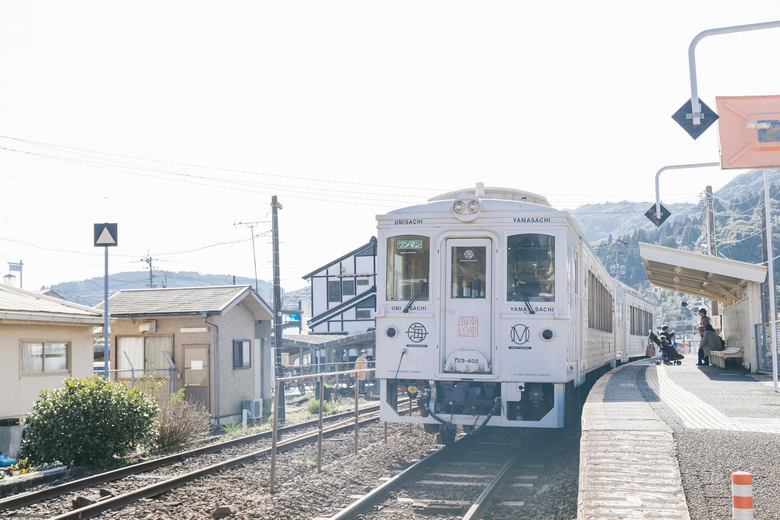 「終点の南郷駅で待機する観光列車「海幸山幸」」の写真
