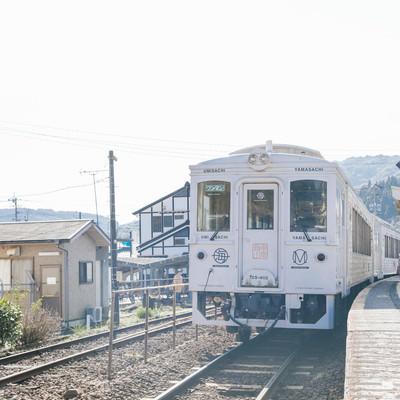 終点の南郷駅で待機する観光列車「海幸山幸」の写真