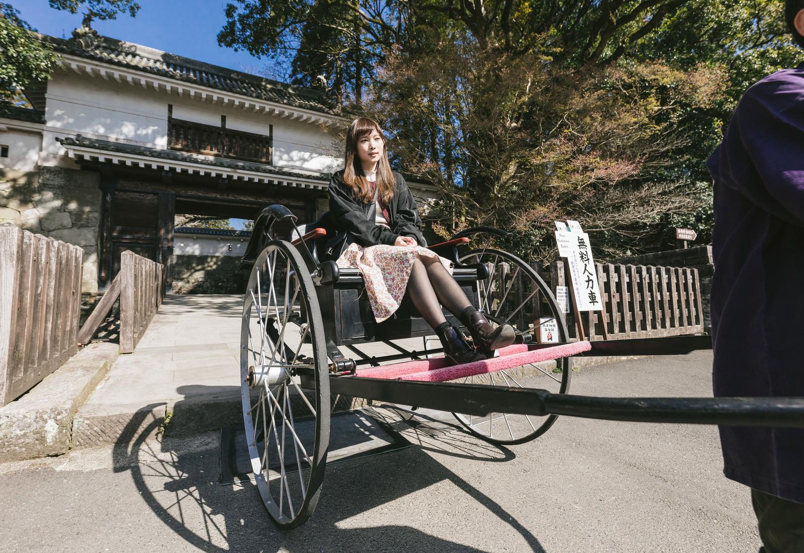 「人力車に乗る女性観光客」の写真