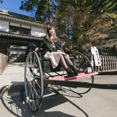 「人力車に乗る女性観光客」の写真素材