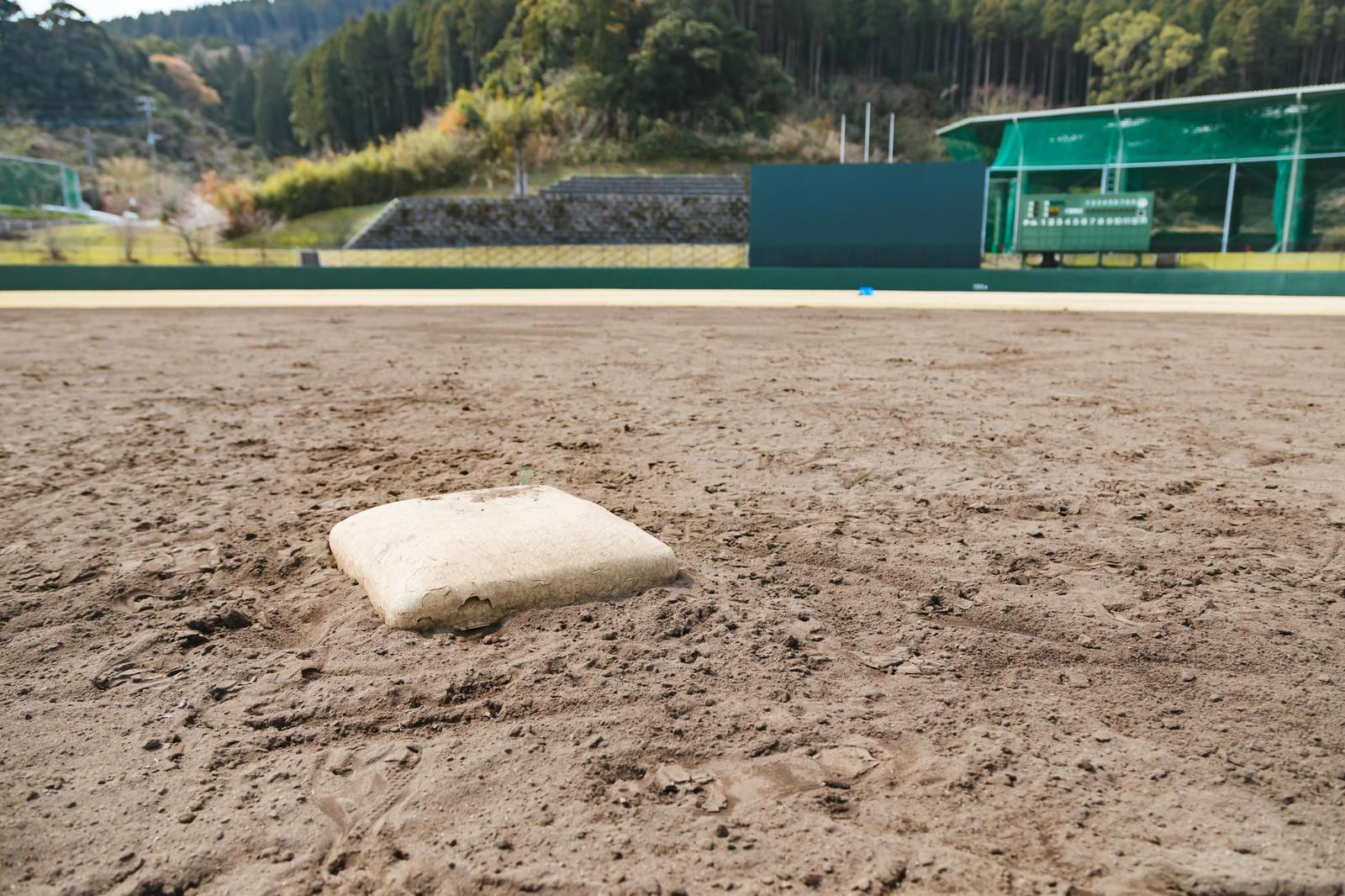 「天福球場の二塁ベース」の写真