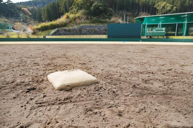 天福球場の二塁ベースの写真