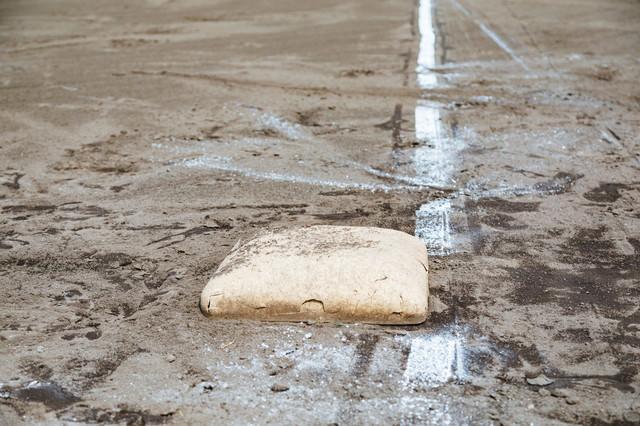 三塁ベースと白線(野球練習中)の写真