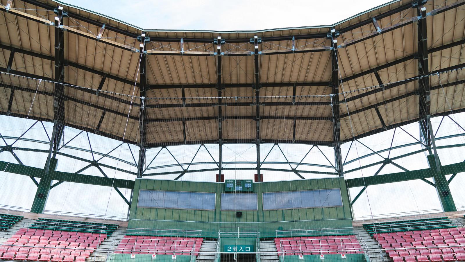 「天福球場のネット裏の屋根天福球場のネット裏の屋根」のフリー写真素材を拡大