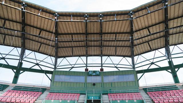 天福球場のネット裏の屋根の写真