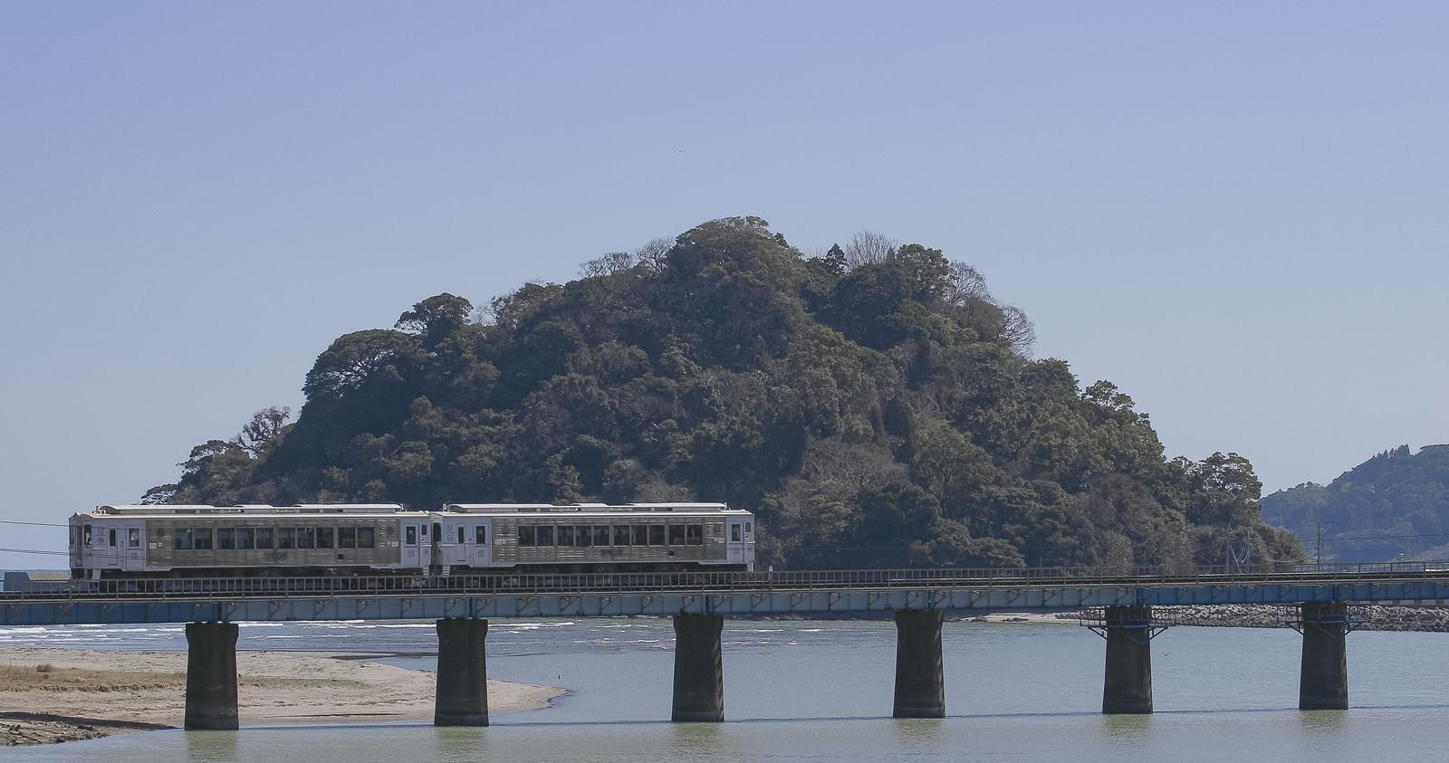 「虚空蔵島をバックに走る観光列車「海幸山幸」虚空蔵島をバックに走る観光列車「海幸山幸」」のフリー写真素材を拡大
