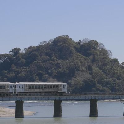 「虚空蔵島をバックに走る観光列車「海幸山幸」」の写真素材