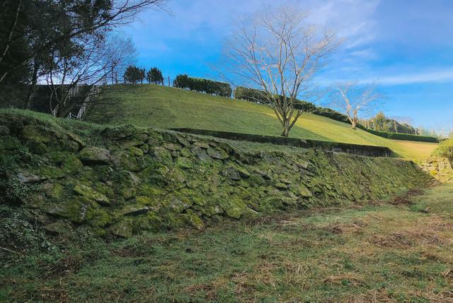 飫肥城の手つかずな石垣の写真