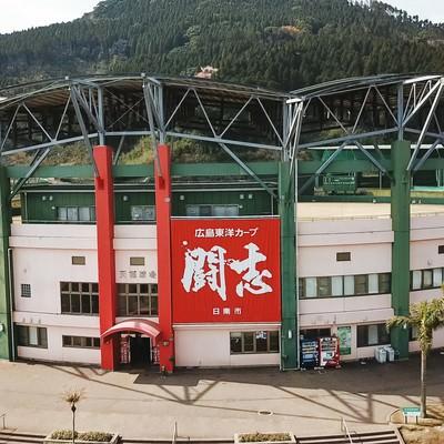 「闘志」が掲げられた天福球場正面の写真