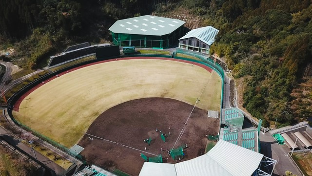 投球練習場と室内練習場をのぞむ天福球場の写真