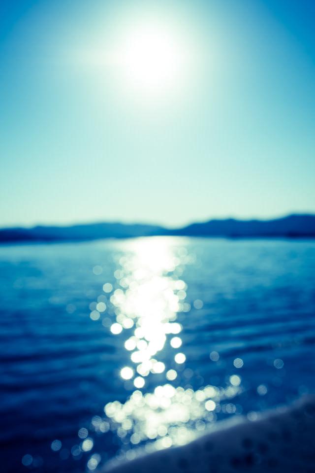 日が反射する海の写真