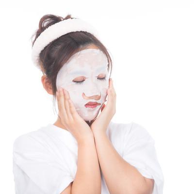 「顔パックする女性」の写真素材