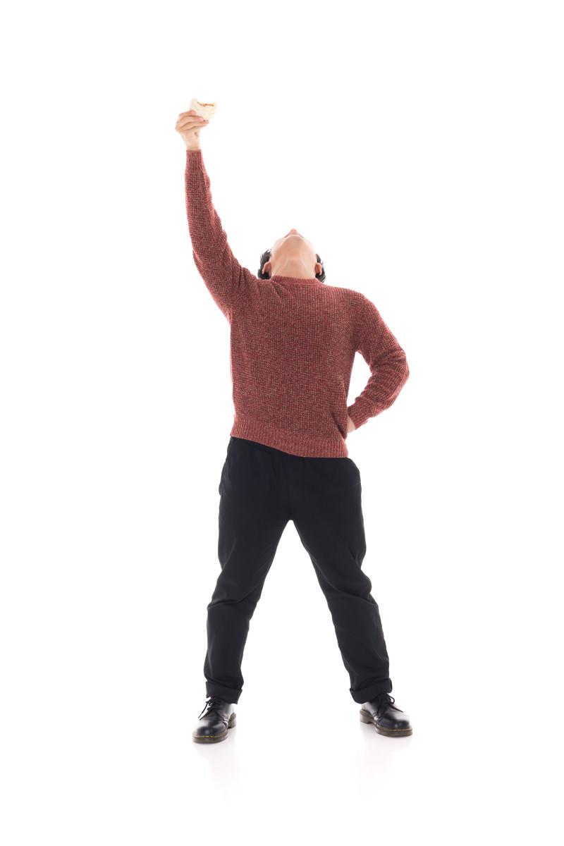 「肉まんが仲間の印 | 写真の無料素材・フリー素材 - ぱくたそ」の写真[モデル:大川竜弥]