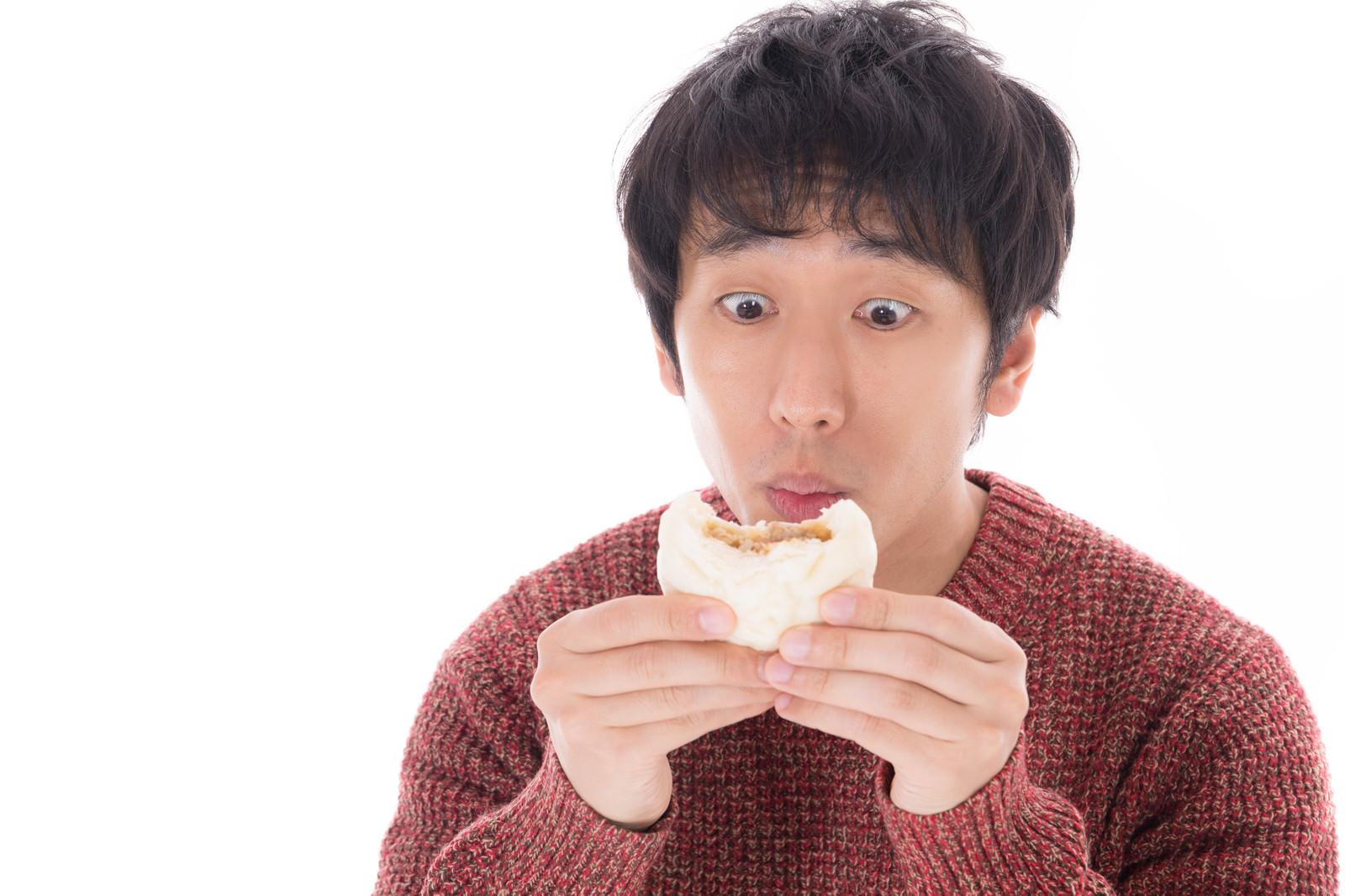 「肉まんのプレミアムな美味しさに感動するグルメブロガー」の写真[モデル:大川竜弥]