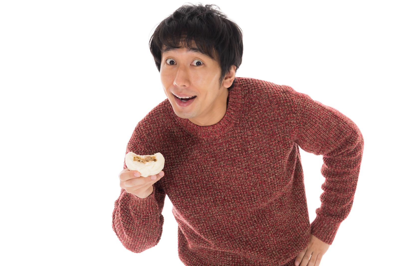 「「肉まん食べたい?あーげない!」」の写真[モデル:大川竜弥]