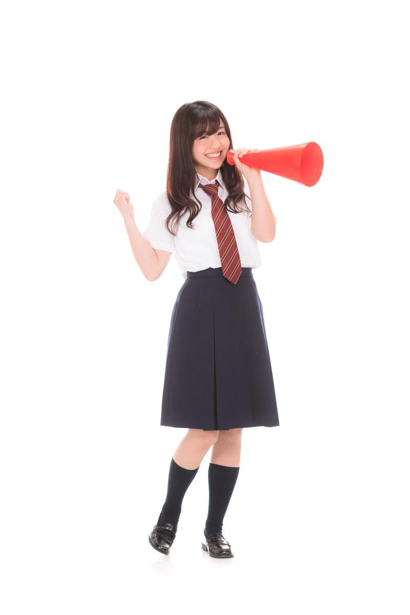 「頑張ってと応援する女子高生」の写真[モデル:河村友歌]