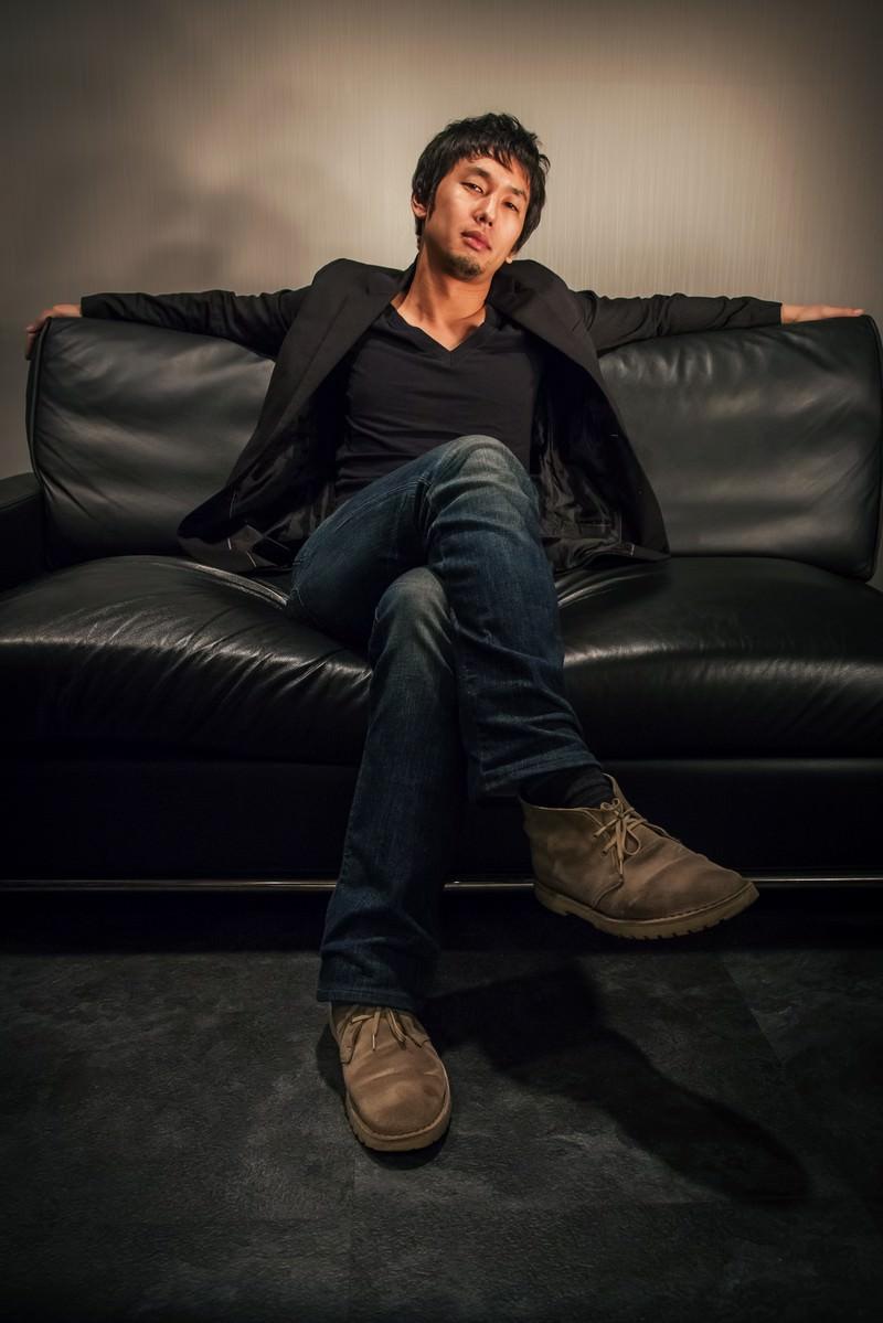 「ソファーの上に仰け反る偉そうな男性」の写真[モデル:大川竜弥]
