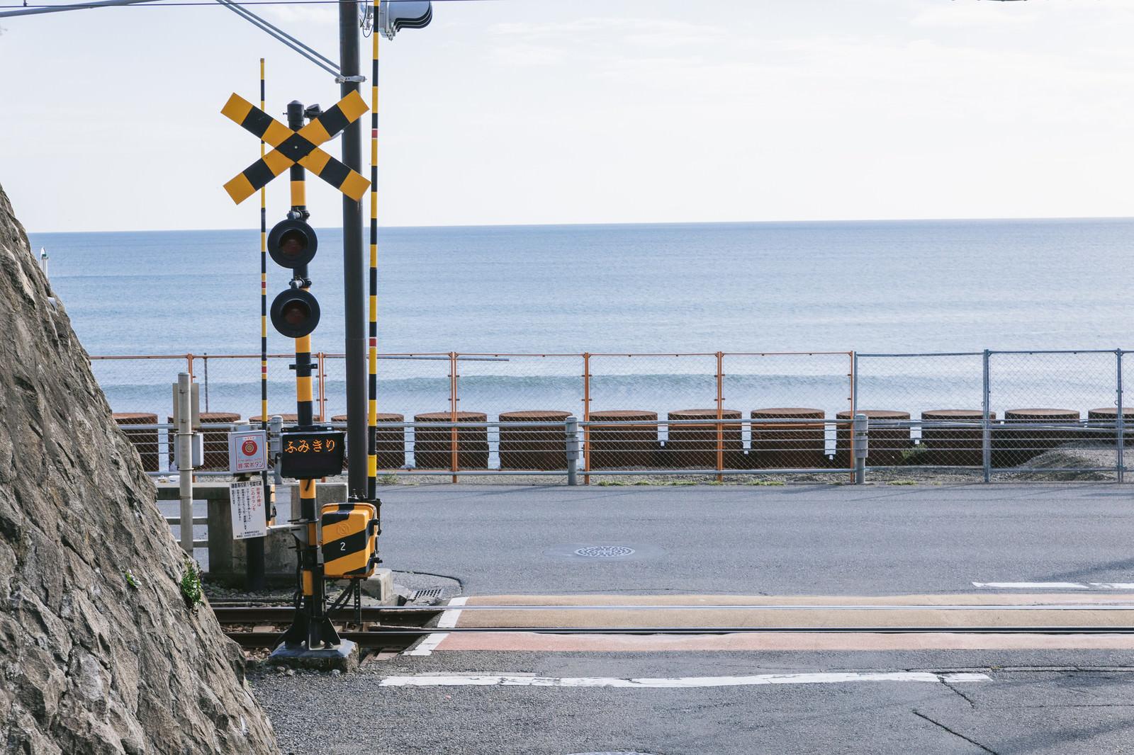 「撮影スポットで有名な鎌倉高校前駅のロケーション」の写真