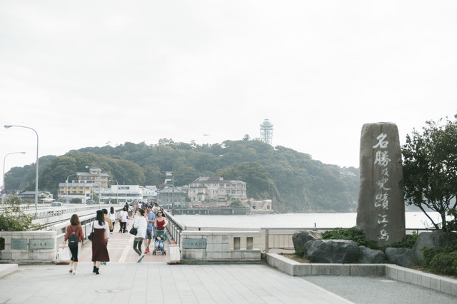 江ノ島大橋と観光客の往来の写真