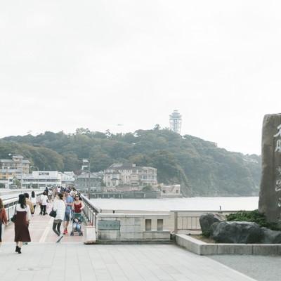 「江ノ島大橋と観光客の往来」の写真素材