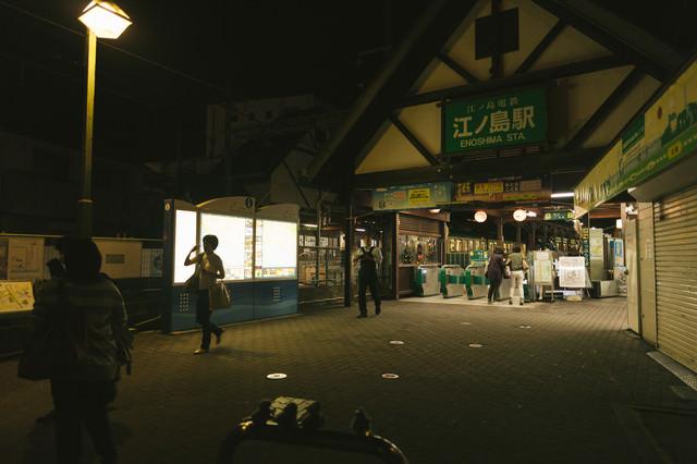 日が暮れた江ノ島駅前の写真