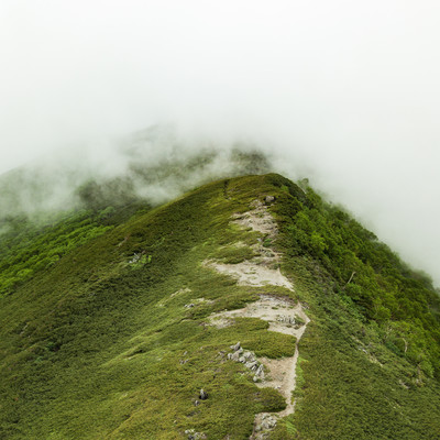 霧雲のかかる山(乗鞍新登山道)の写真