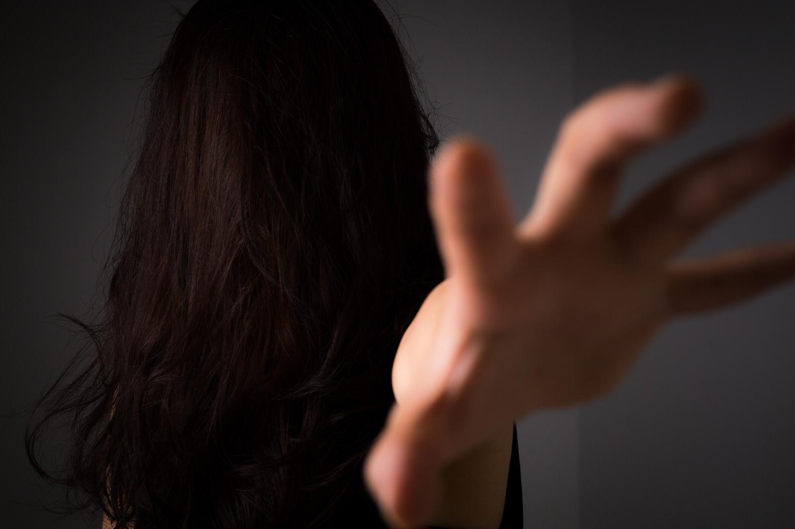 「「絶対に許さない!」と呪いをかける女性「絶対に許さない!」と呪いをかける女性」のフリー写真素材を拡大