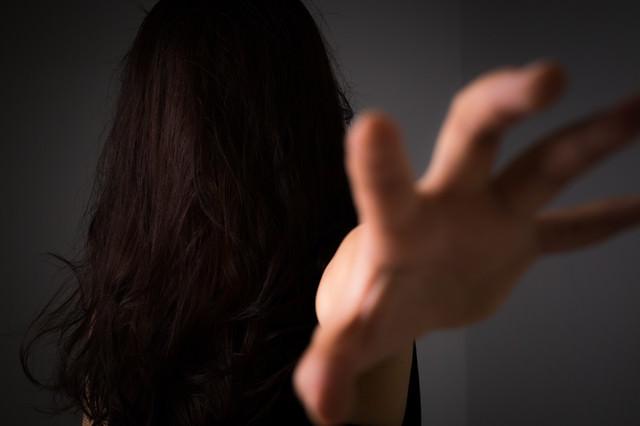 「「絶対に許さない!」と呪いをかける女性」のフリー写真素材