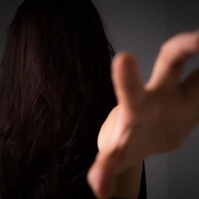 「「絶対に許さない!」と呪いをかける女性」の写真素材