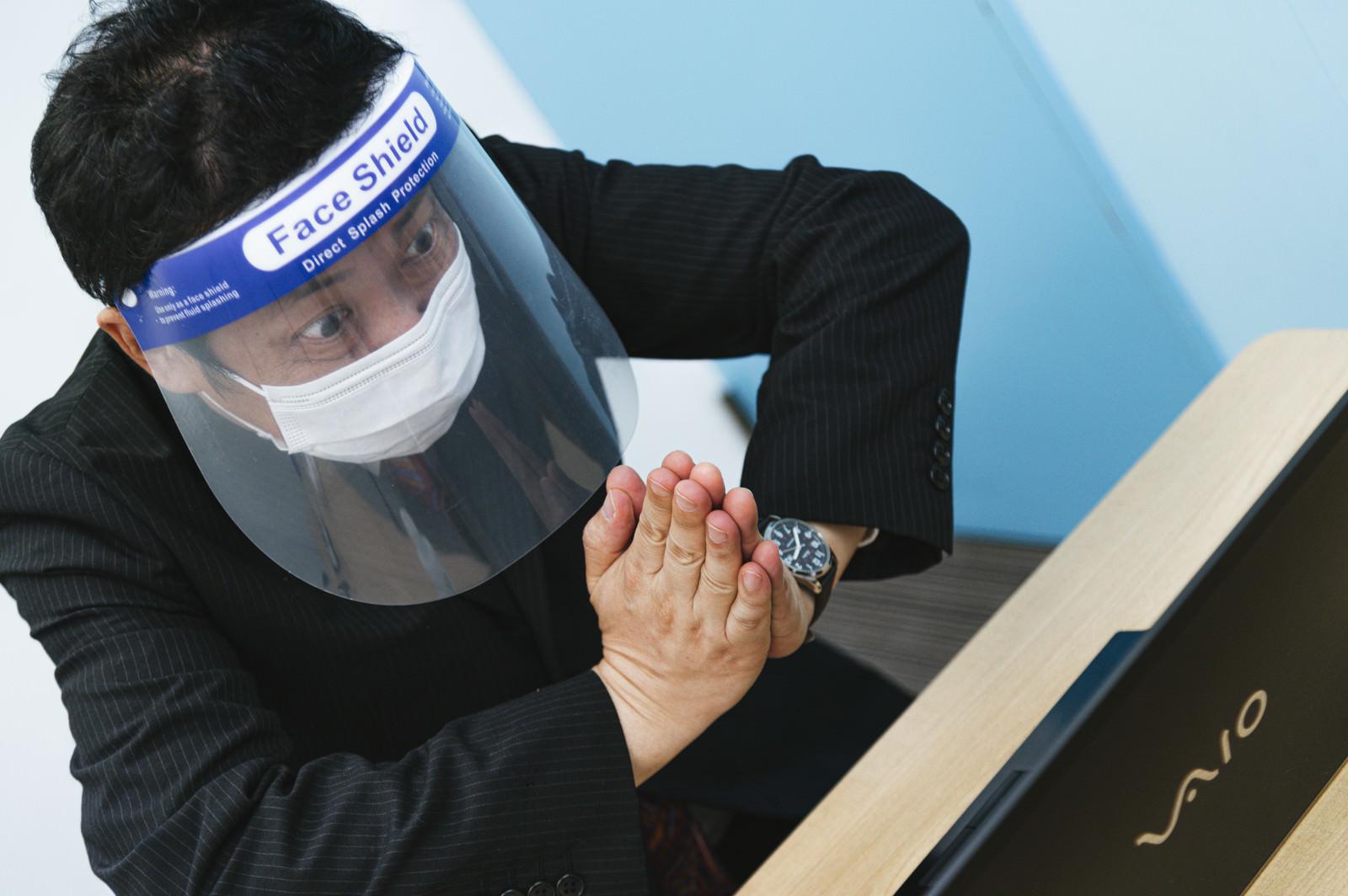「オンライン会議中に取引中止と言われて焦る部長」の写真[モデル:のせさん]